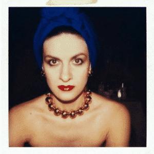 Paloma Picasso w turbanie na głowie.