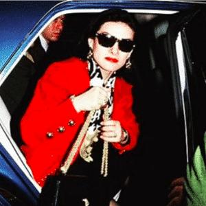 Paloma Picasso wysiadająca z samochodu.