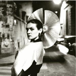 Paloma Picasso w sepii.