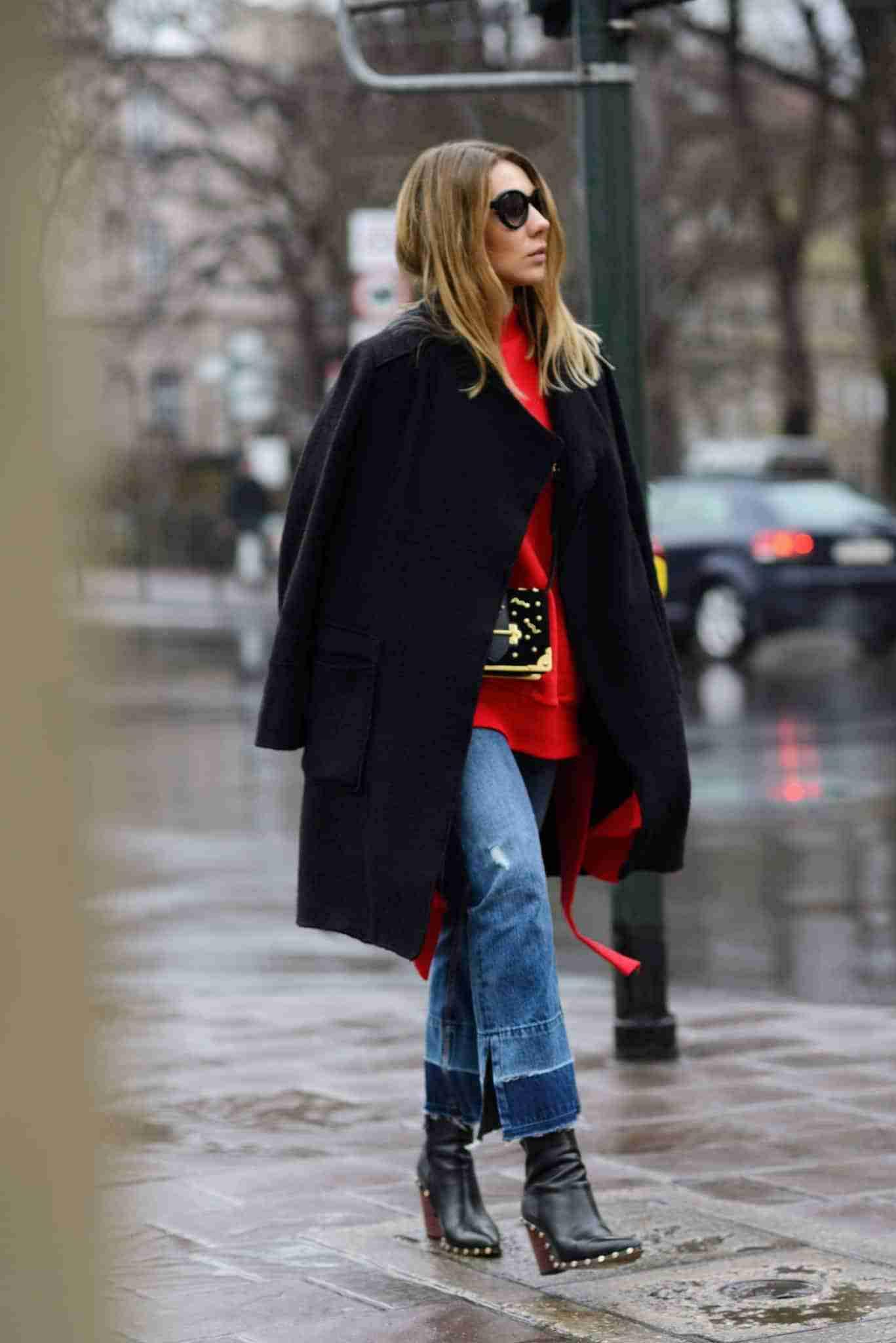 Czerwona bluza Vetements, czarny płaszcz.