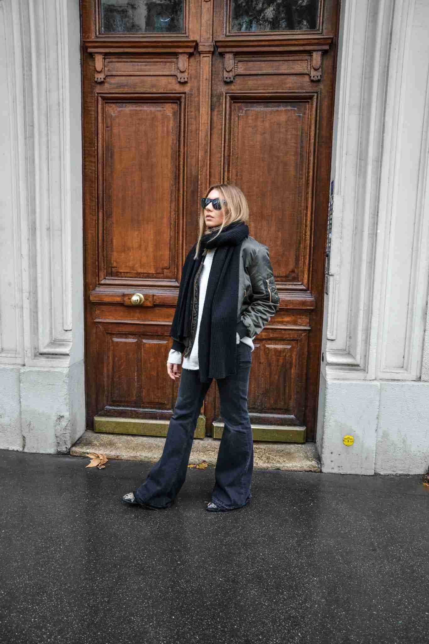 Szerokie spodnie w biało-czarnej stylizacji.