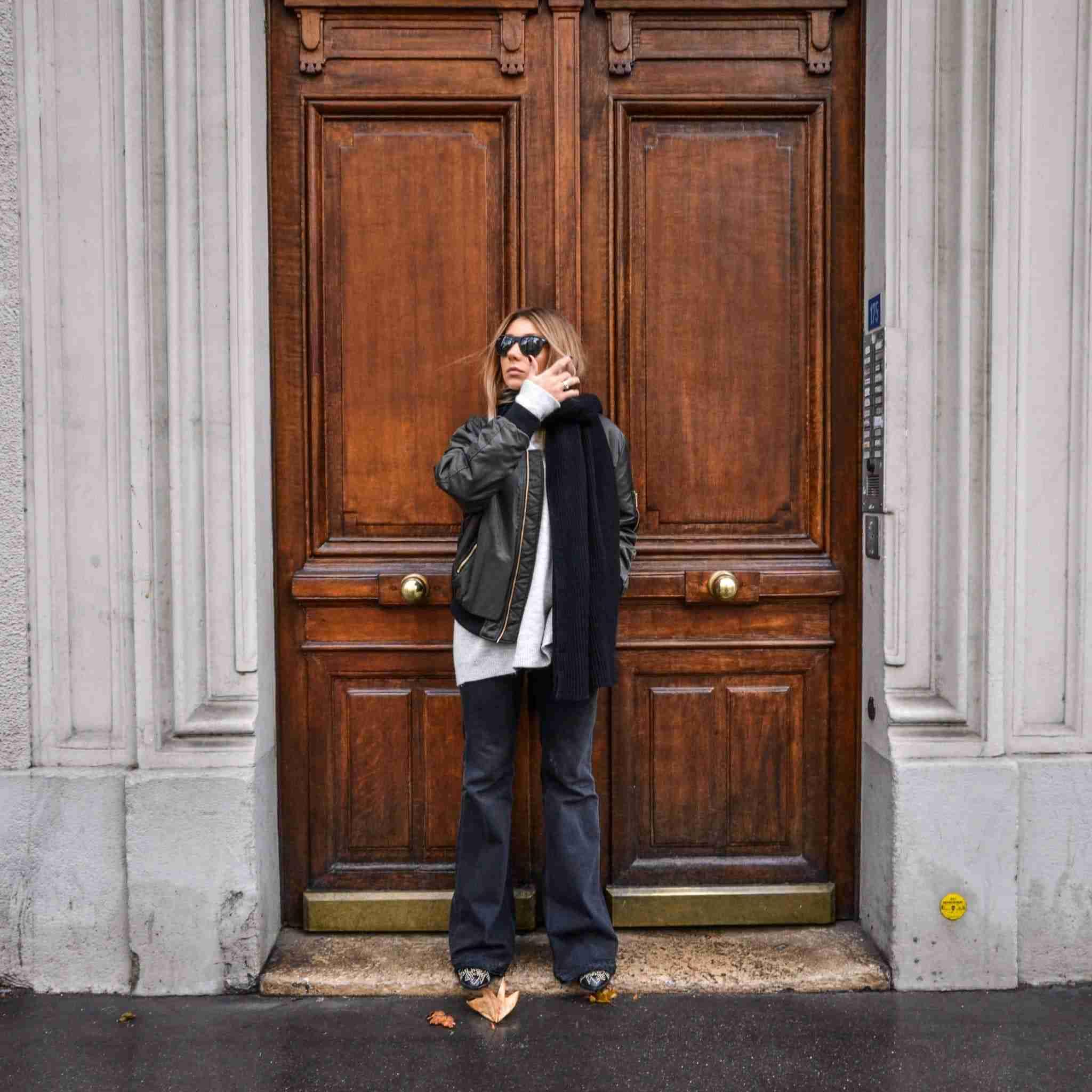 Paryż, piękne drzwi, biało-czarna stylizacja