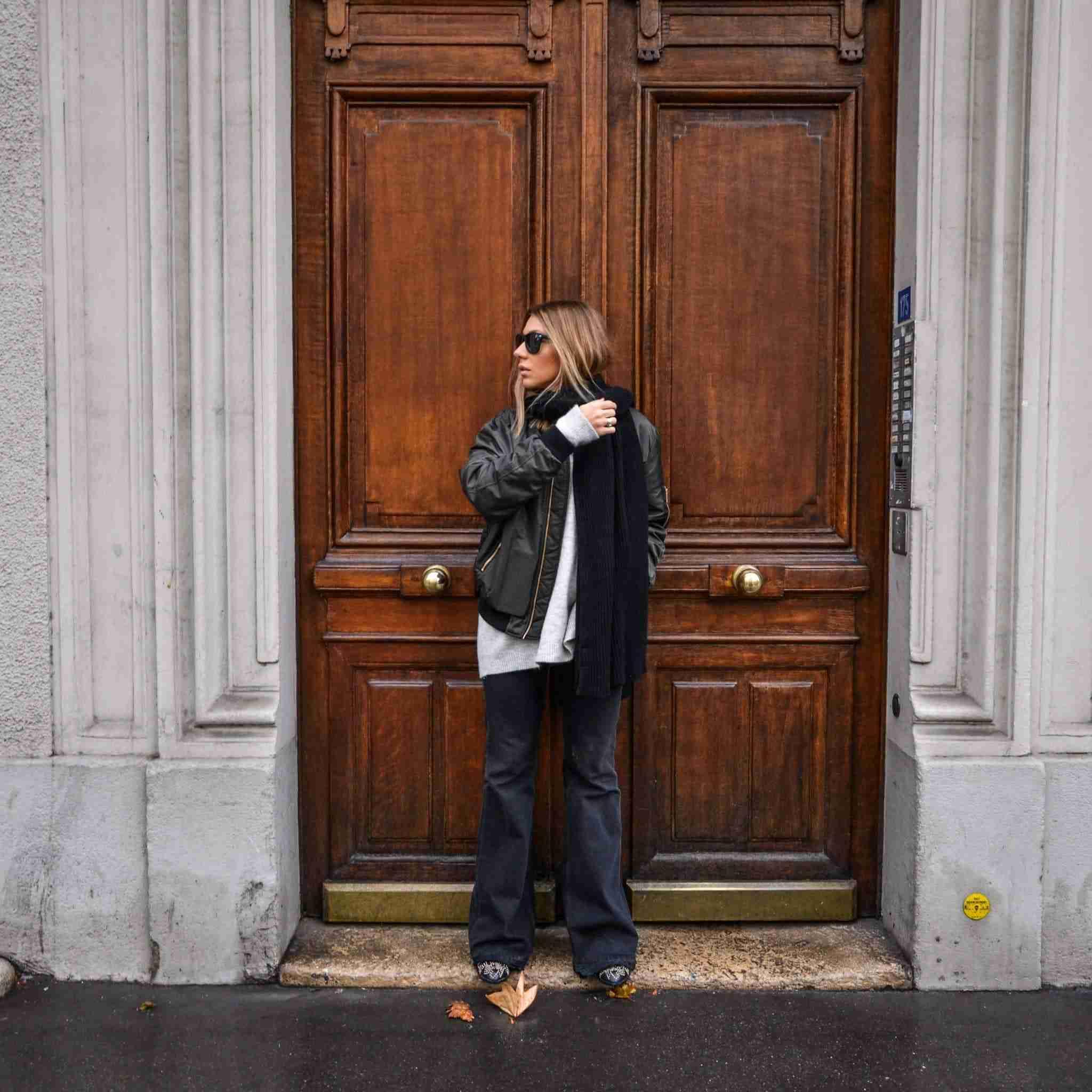 Paryż, duże drzwi, biało-czarna stylizacja.