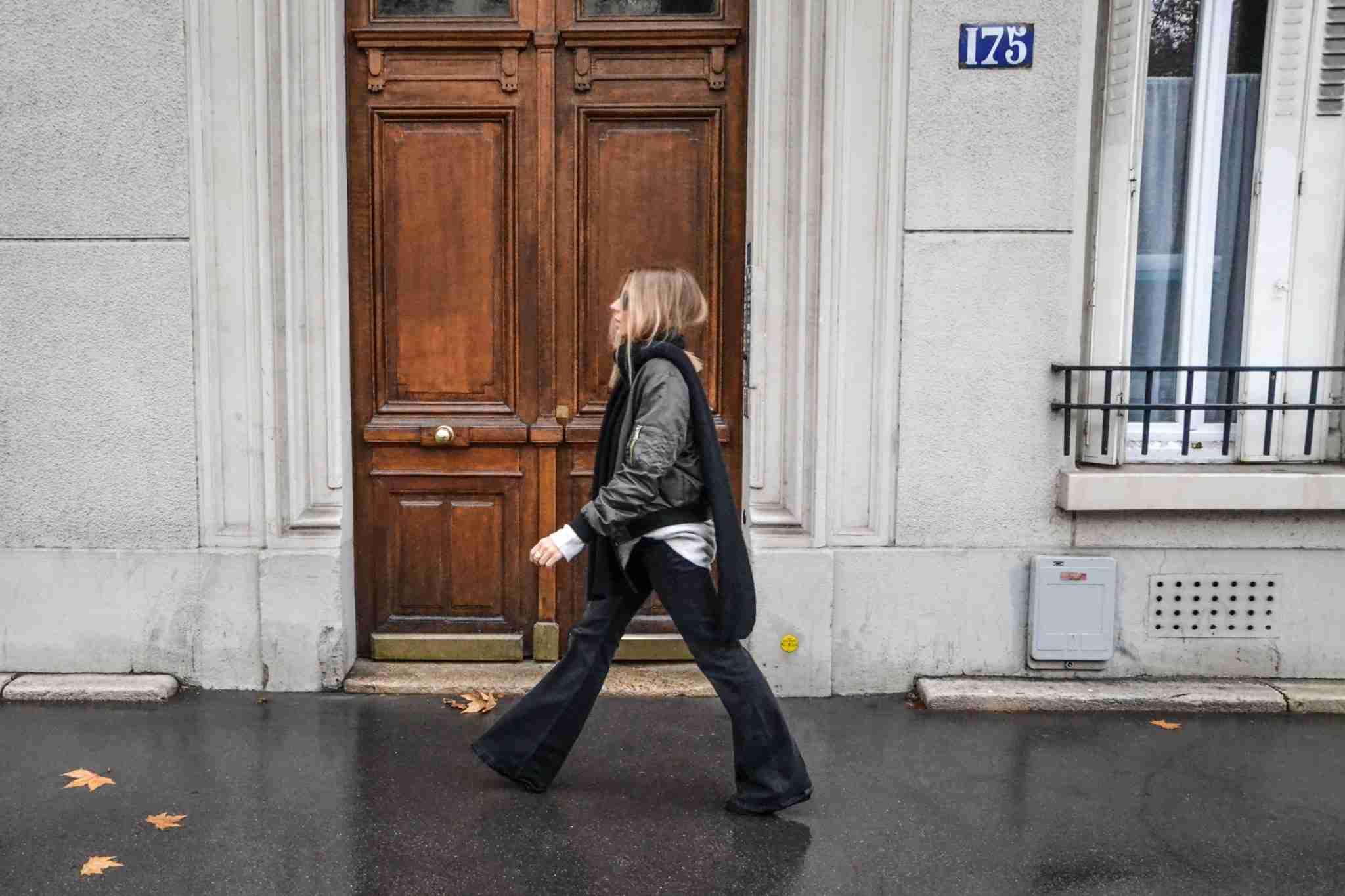 Klaudia na paryskim chodniku w spodniach dzwonach.