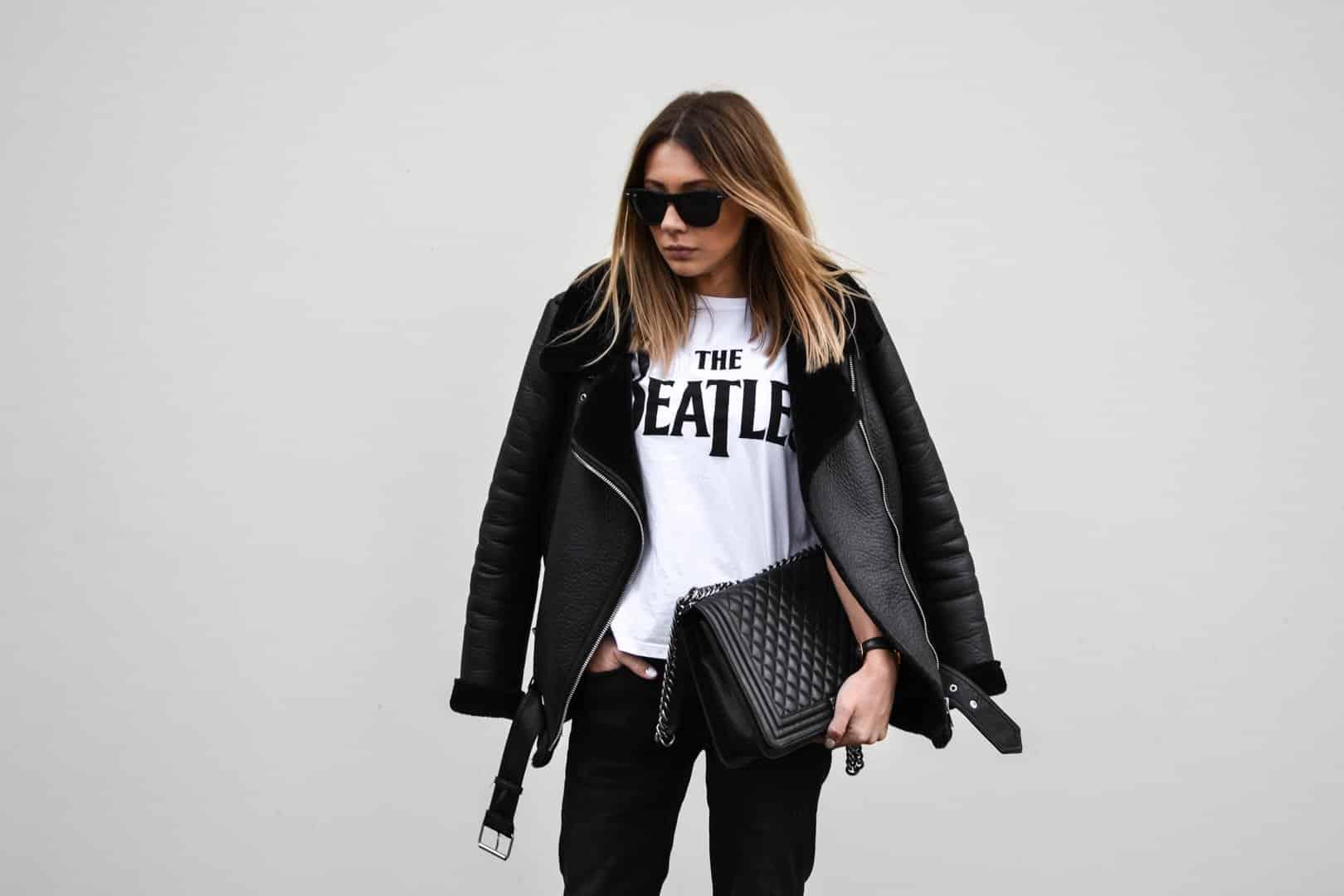 Klaudia trzymająca w ręce torebkę Chanel Boy.