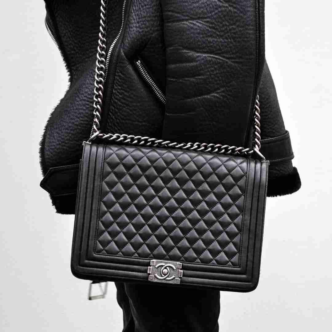 Czarna torebka Chanel Boy.