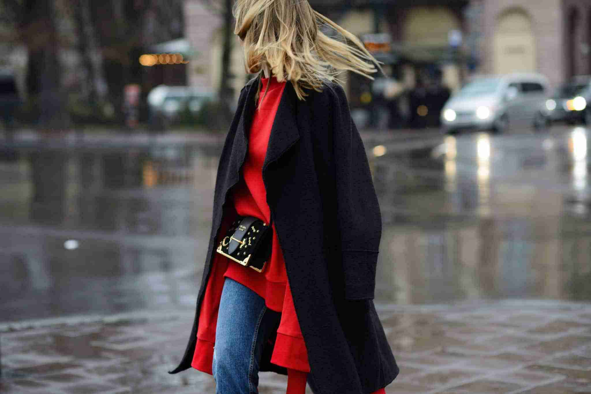Krakowska ulica, Klaudia w bluzie Vetements i czarnym płaszczu.