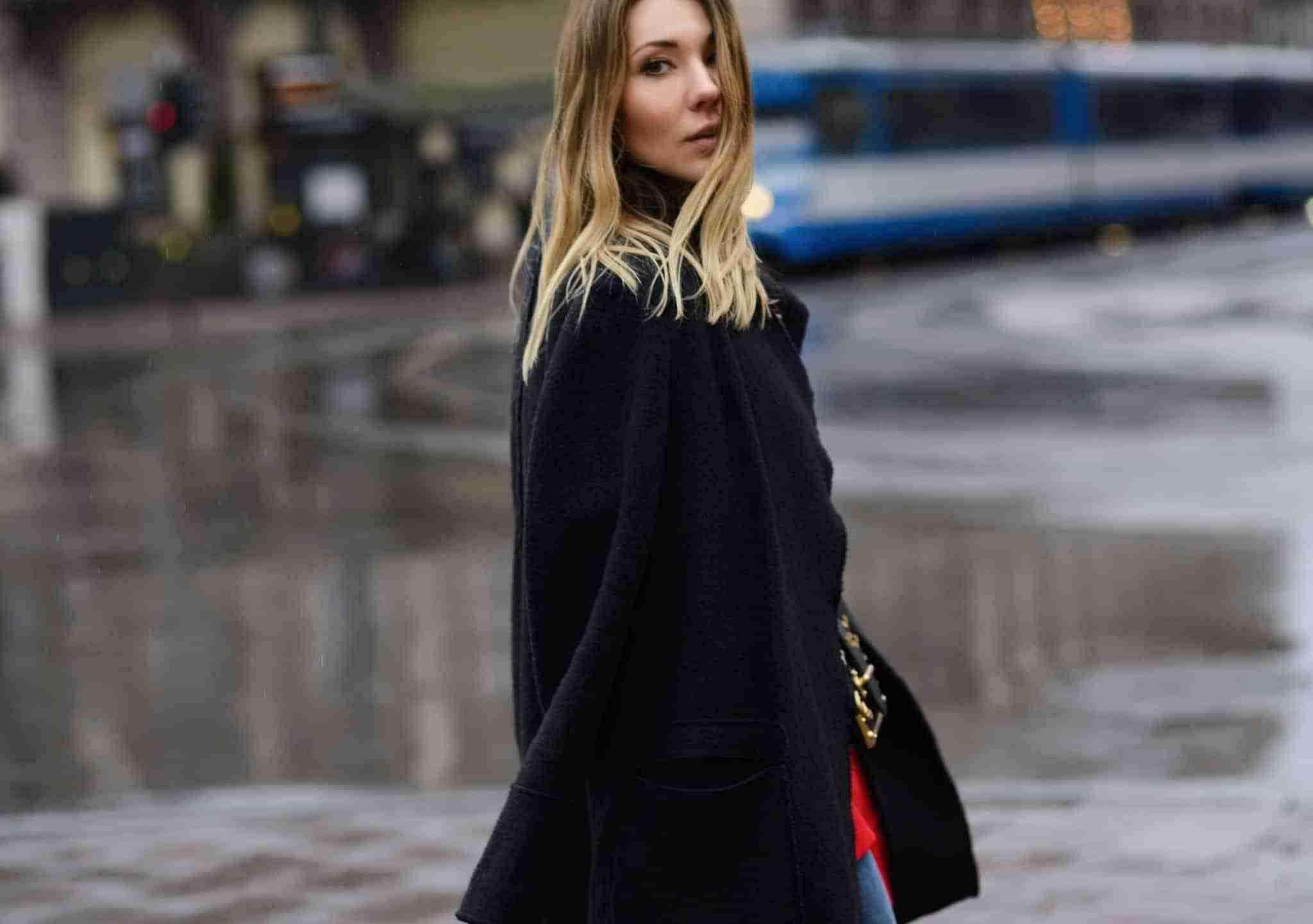 Deszczowy dzień. Klaudia w długim płaszczu.