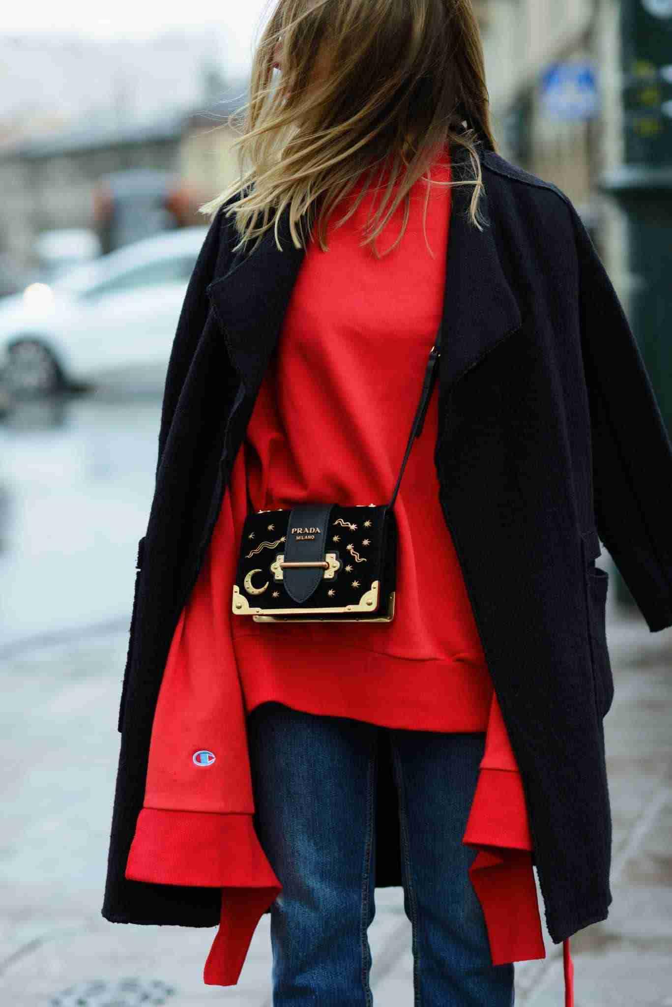Klaudia w czerwonej bluzie Vetements.