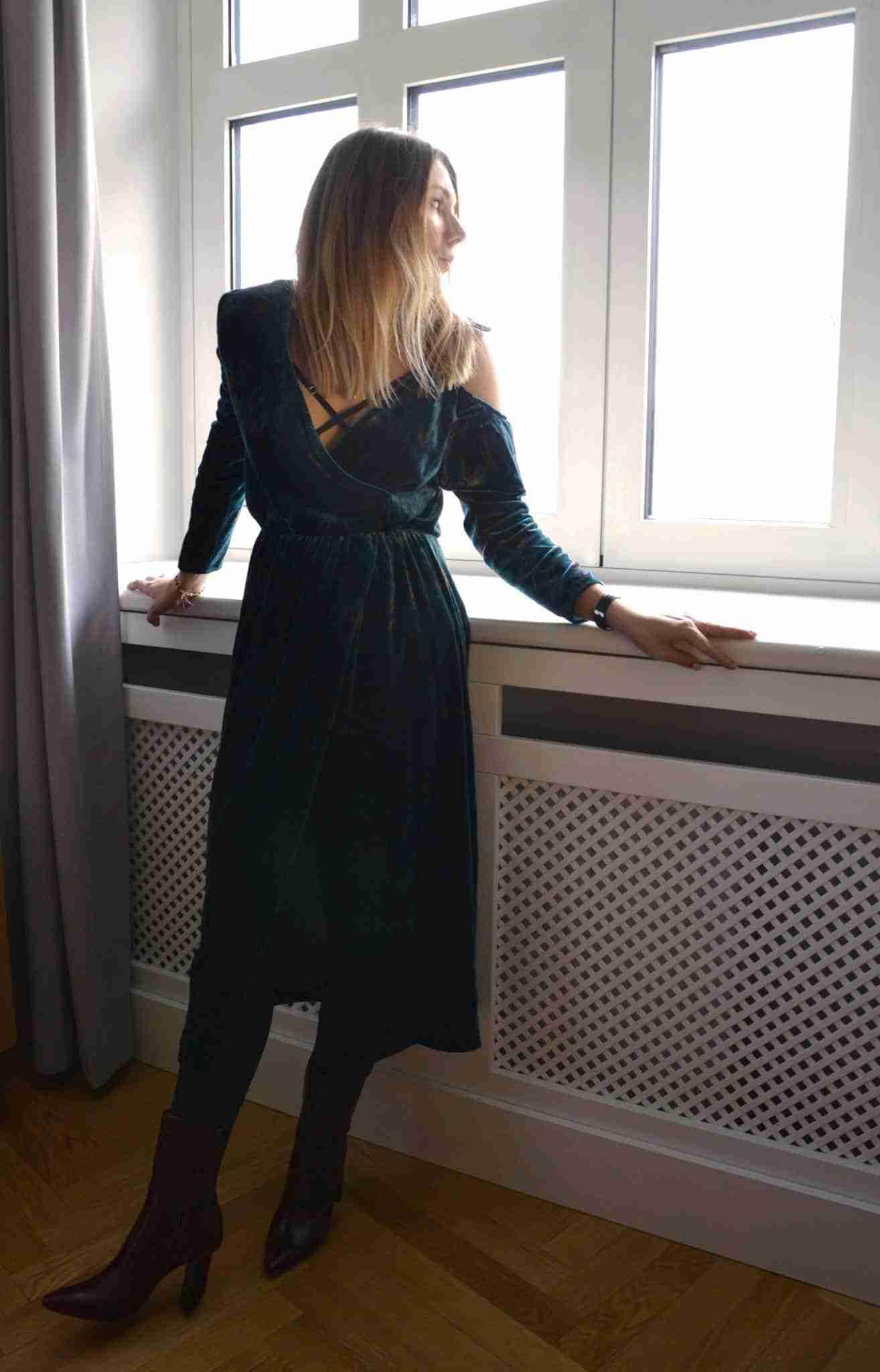 Klaudia wyglądająca przez okno.