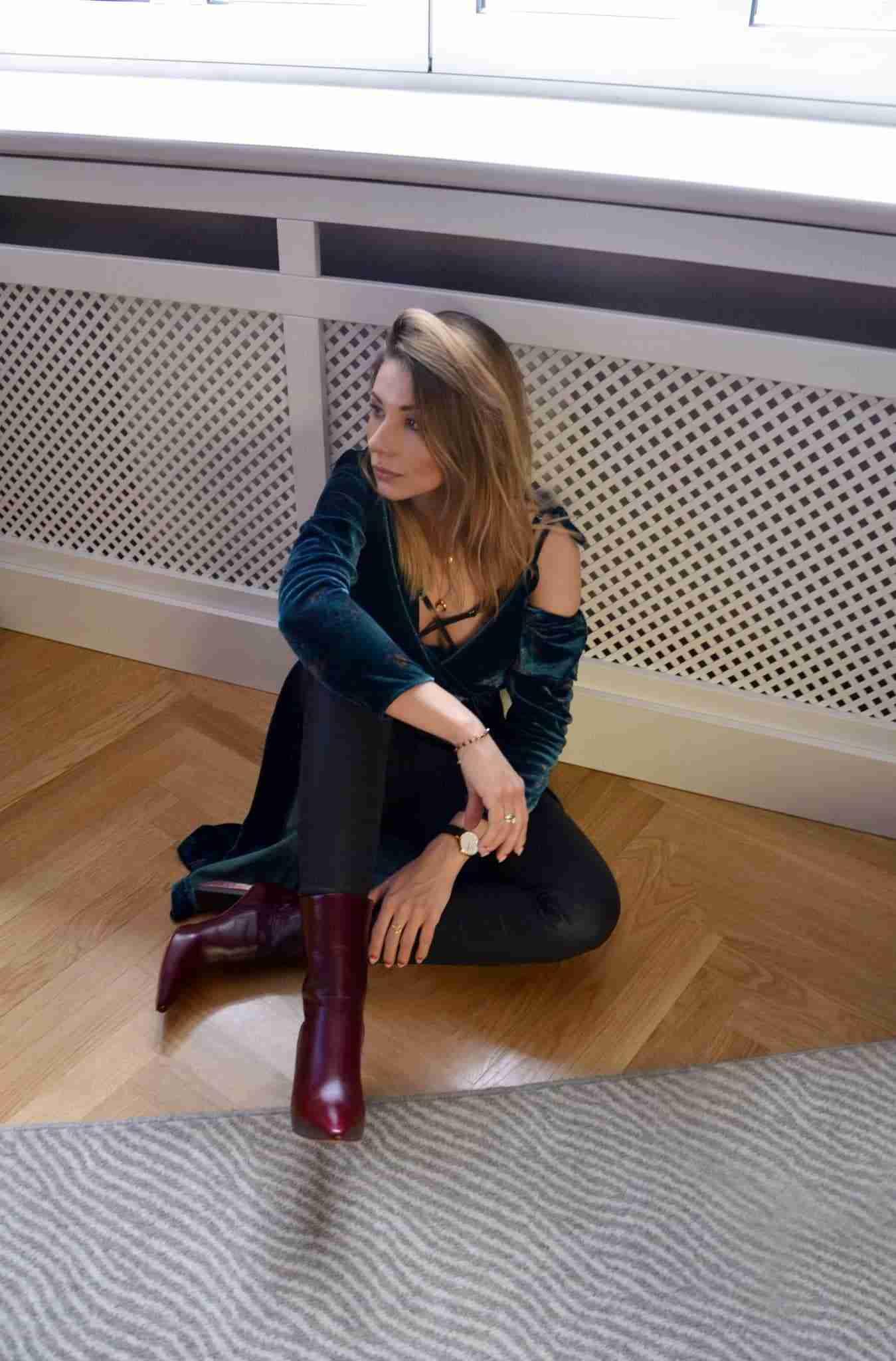Klaudia siedząca na podłodze, zapatrzona w dal.