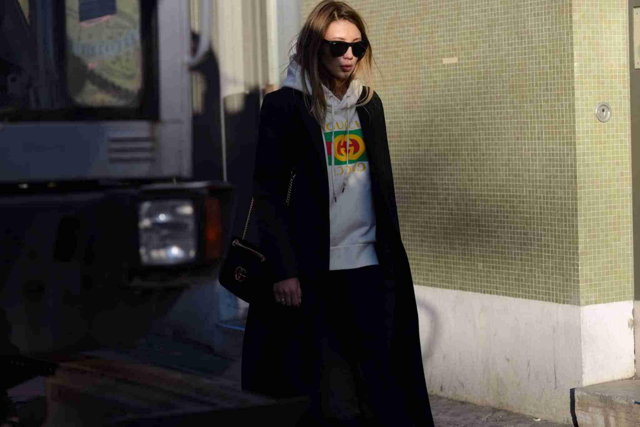 Klaudia idąca chodnikiem. Stylizacja - Gucci.