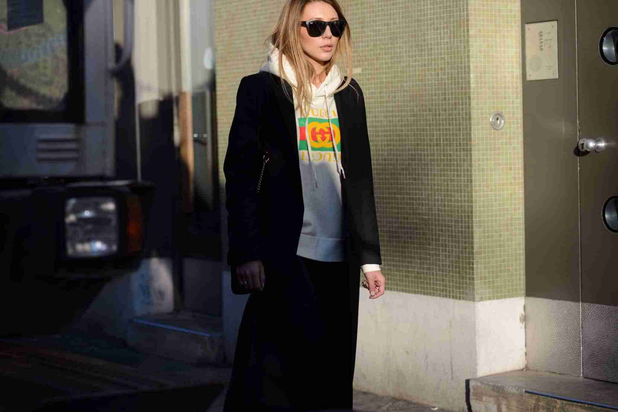 Bluza Gucci i długi płaszcz.