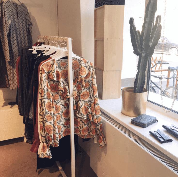 Wieszak z ubraniami marki Anders Label.